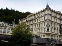 グランドホテル パップ。 「007カジノロワイヤル」の撮影が2か月行われたそうで、「ジェームズ・ボンド」もここに宿泊したそうです。映画は「モンテネグロの街」ということで、 「カルロヴィヴァリ」の紹介はなかったそうです。残念!  建築が1778年、当時は中欧で最も有名なホテルの一つだったそうです。