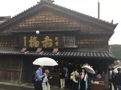おかげ横丁の正面入口の前には赤福本店があります。 毎月朔日には「朔日餅」という月限定の餅を購入することができます。 http://www.akafuku.co.jp/product/tsuitachimochi/