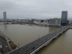 宿泊したHオークラ新潟(左は朱鷺メッセ 下は萬代橋)