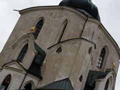聖ネポムツキー巡礼教会  「5」に関係ある教会だそう。教会の形が五角形。  ネポムツキーはカレル橋から落とされて亡くなったそう。バーツラフ4世の妻の懺悔を聞いたものの、その内容を王に話せと言われ、それは秘密と言ったためだそうです。生命をかけて宗教家としての義務を果たしたという美談です。でも、実際は王とけんかしたからとか?