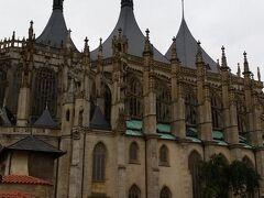 聖バルバラ教会  後期ゴシック建築の教会  聖バルバラは鉱員の守護聖人で、建築費用のほとんどがカトリック教会ではなく、市民たち自身によって調達されたという珍しい教会です。1388年に建設開始されたものの、資金不足で中断、1588年に一応完成。