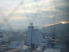 朝です。 ホテルの窓から見ると少しもやがかかってましたが、この日も快晴となりました。