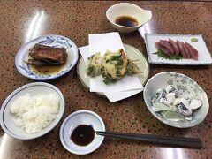 ドルフィンスイムの後は島に1つしかない銭湯に連れて行ってもらい、夕飯までのんびり。  夕飯はツアーに含まれていて、地元のお魚がたくさんでました。 これの倍くらいおかずがありました。  お刺身、焼き魚、煮魚、天ぷら、魚のグリル・・・。2食分くらいいただきました。笑