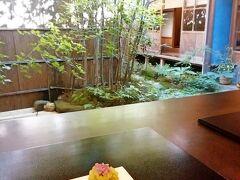 見学後は奥へ進んだ「寒村庵」へ。 カウンター席に座り、お庭を眺めながら一服。