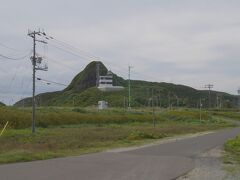 再び同じ道を下りて、島の北端へ。  灯台があります。