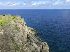 景勝地の田皆岬。絶景かな絶景かな。 海が完璧な紺碧。隆起したサンゴなのかな?地形が面白い。