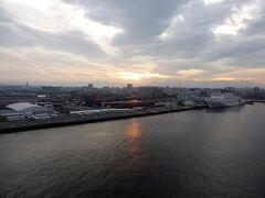6日ぶりに帰って来ました  博多港の朝  朝食も終えてサァー下船の準備です
