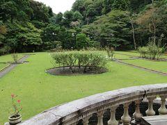 広いお庭で園丁の方が作業されていました。 お庭のみなので人もまばら。