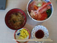 函館朝市の500円丼 ちゃんとエビもイクラも入っている。