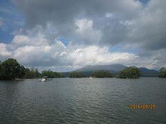 大沼から駒ヶ岳を望む この日は雲が多く、山頂は雲の中だった