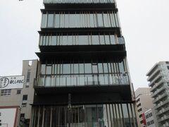 雷門の目の前の建物は、浅草文化観光センター。 台東区の施設です。