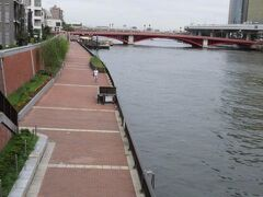 隅田川テラス、この道が川沿いに南千住方面までつながっている・・  散歩によさそうだけど夏は暑い??