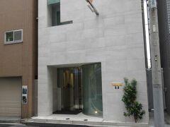前衛的なコンクリートのビルが『Nabeno-Ism(ナベノ-イズム)』