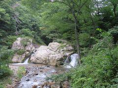 折角ここまで来たから千古の滝も見ていこう。  太古から岩の中央が水流で削れてできた滝 左側の高い岩には「船岩水天宮」(明和7年・1770)右側の岩には「弁才天宮」(明和5年・1768)の水神がお祀りされているそうです。 この付近で湯が湧き出て、天保15年(1844)には湯場がつくられて富士見の湯として知られていたそうです。 大正時代には発電所がつくられ湯を加熱していて、そのコンクリートの跡は今も残っています。 その後、下流に開発されたのがさっき入ってきた千古温泉です。 わりと新しい温泉だったんだな