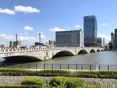 街のシンボル「萬代橋」。重要文化財に指定されている立派な橋です。