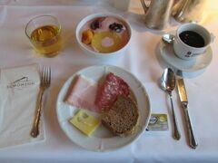 朝食のためレストランへ。メニューは昨日とほとんど同じですが、種類が多く飽きることはありません。