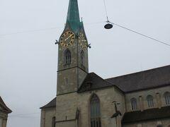 エメラルドブルーの時計塔が美しいフラウミュンスター(聖母教会、Frau-munster)。