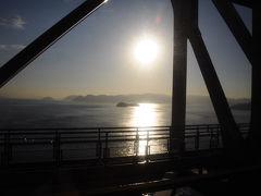 岡山駅で『サンライズ出雲』と別れ、列車は本四連絡橋を渡り四国へと向かう。 朝日に輝く瀬戸内海の景色は美しかった。
