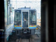 次の宇多津駅で、岡山駅から来た『南風1号』の後ろに連結。 ここから五両編成で高知へと向かう。