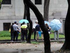 10分も歩けば「2.28和平公園」着。  時刻はまだ9時過ぎですが、既に中国人ツァー客が早々に観光してます。小雨にたたられ大変そうですね。 アレ、その横で警察官が……