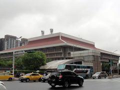 で「新光三越前」を通って台北駅に着きました。「2.28和平公園」から約15分程でした。
