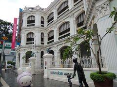 私の今回の最大の目的 Peranakan Museum~ヽ(´▽`)/  この建物、もともとは学校だったんだって。 いいな、かーわい~(^^)♪