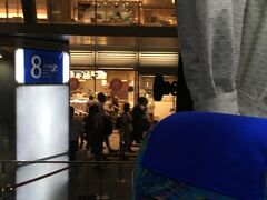 成田空港まではバスで移動。 東京駅八重洲からでている1,000円バスを事前にWEB予約。 ここで今回の旅行で一番ハラハラした事件発生。 自宅から八重洲のバス発着場所まで思った以上に時間がかかり、バス出発の2分前になんとか到着。 汗だくになってしまいました。 夜の18時は通勤帰りと被るから、余裕を見たスケジュールが必要と反省
