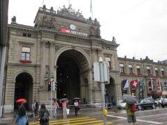チューリッヒ(Zurich)駅に到着。荷物をコインロッカーへ入れ市内観光へ向いますが、外は雨です。
