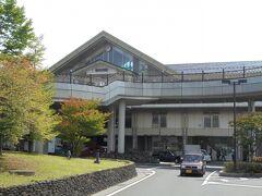 軽井沢駅。新幹線開通のお陰で立派になりました。在来線はしなの鉄道です。横川~軽井沢間はバスが連絡しています。