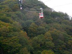 ロープウェイは高低差86mを約3分で結ぶ。 標高1,373m。紅葉はまだまだ。