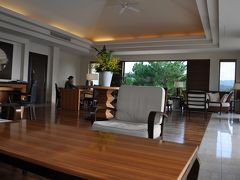 ホテルへ到着しました。 ロビーラウンジは開放感があって、異空間。なんだか沖縄って感じがしませんでした。いい雰囲気です♪
