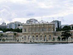 『ドルマバフチェ宮殿 (Dolmabahce palace)』(新市街:ヨーロッパ側)  「埋め立てられた庭」と言う名のつけられた宮殿。 その名の通り、庭園があった場所に建てられたそうです。 1922年に最後の皇帝メフメト6世が退去するまで、トプカプ宮殿にかわってオスマン帝国の王宮として使われ、その後も迎賓館として国賓を迎えております。(現在は観光客も見学可能だそう) 1938年には、初代大統領アタテュルクがこの宮殿で亡くなりました。 なんと部屋数285、トイレは68箇所だそうです!!(゚ロ゚屮)屮