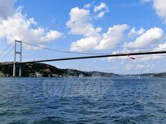 『ボスポラス橋(The Bosphorus Bridge)』  1973年10月30日、トルコ建国50周年記念日の翌日に完成。 昔は歩いて渡ることができたらしいけど、今はダメなんだって。 別名第一ボスポラス橋(もう一つの橋と区別するため)