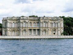 『ベイレルベイ宮殿(Beylerbeyi Palace) 』(アジア側)  1865年に、夏の離宮として建造された建物。 大理石でできてるんだって。 なんか荒れた感じだけど、今はもう使われてないんですかね。