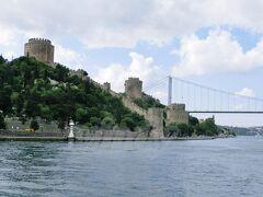 『ルメリ・ヒサール (Rumelihisari)』(ヨーロッパ側)  ローマの要塞、という意味をもつ、オスマン帝国のメフメット2世が、コンスタンチノープルを攻略するために1万人の労働者と1000人の石工職人を動員し、4ヶ月で築いたという要塞です。  そしてその向こうに見えている橋が