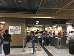 ちょっと迷って歩いて7分8分。 上環駅に到着しました。  「客務中心」でオクトパスカードを購入します。