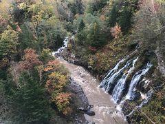 旭岳温泉のホテルに帰る途中、白金温泉の白髭の滝へ 橋の上から眺めることができます
