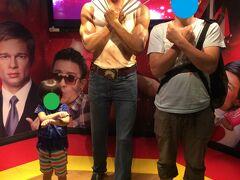 食後は蝋人形と一緒に写真を。 マダムタッソーには入りませんでしたが、 1体いたので一緒に。 (≧∇ノ■ゝパシャ  ヒュージャックマンが3人だ!