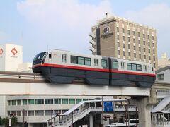 今回のスタート旭橋駅。背後は宿泊したダブルツリーbyヒルトン那覇。 ゆいレール・・・那覇空港と首里駅を結ぶ13Kの路線。2003年8月の開業。 跨座式モノレールの路線、二両編成で運行している。
