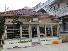 壺屋やちむん通りは国際通り近く、古くからの街並みが残っている一角。 壺屋焼は沖縄を代表する焼物。シーサーをはじめ独特な焼物を制作販売している。 特に好ましいのは、魚や花をモチーフにしたもの。