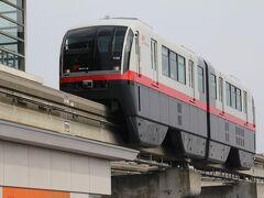 壺屋の街を抜けて安里駅まで歩きます。 安里駅に進入する電車。那覇空港行。