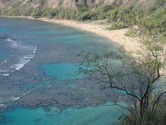 ♪雑誌やTVで紹介されたビーチ&グルメ巡り『☆オアフ東回り編』 滞在中に行った場所を順番に並べてみました。  『ハナウマ・ベイ』 ハワイ語で「曲がった砂浜(uma)の湾(hana)」という名前を持つハナウマ湾 自然保護区に指定されているビーチです。
