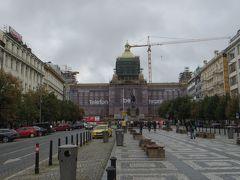 最初に向かったのは、ヴァーツラフ広場。 広場というよりも大通り。沢山の人で賑わう繁華街です。  「プラハの春」を題材にした同名の小説で何度も出てきたので、ここがヴァーツラフ広場か・・・と感無量。
