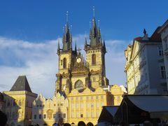 ヴァーツラフ広場から旧市街広場に出ました。  青空を背にそびえるティーン教会。