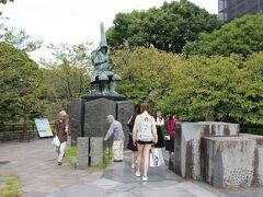 熊本城に向かいます。 まずは、清正公にご挨拶。