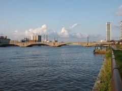 ホテルにチェックインし、部屋に荷物なども置いて身軽になってから信濃川に架かる橋「萬代橋」の方へ歩いて行きました。