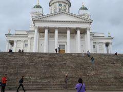 白亜の大聖堂  正面の柱はギリシャ神殿ぽいけどドームはロシアっぽい…と思ったら、 1812年にロシアによって首都がヘルシンキに移された後に建設が始まり、1852年に完成した、ということで、やはりお隣ロシアが絡んでいました。 青空だったら、より白が映えただろうなぁ。