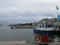 マーケット広場の港。 スオメンリンナ島の乗船場。 奥には白いフェリーが見えました!