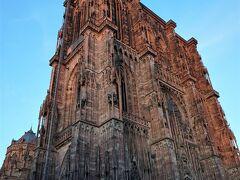 20:45の大聖堂。 赤色砂岩の大聖堂に夕日が当たり、さらに赤く染まっています。  この日は、夜になっても気温がさほど下がりせんでした。 ライトアップも見たいけれど、たくさん歩いて疲れました。 夕焼けの大聖堂を間近で観れたことでヨシとしましょう。