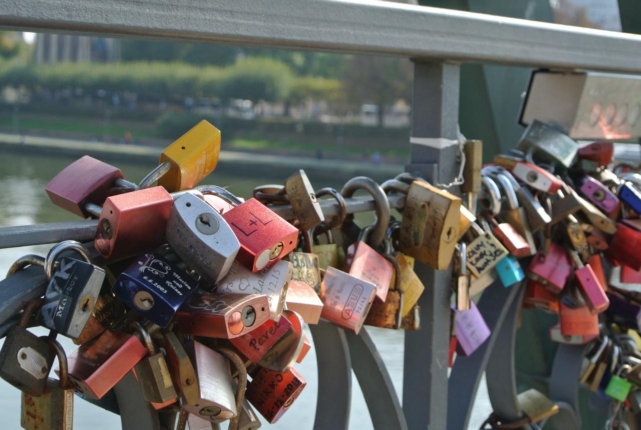 橋に結び付けられたたくさんの錠前。多すぎる・・・